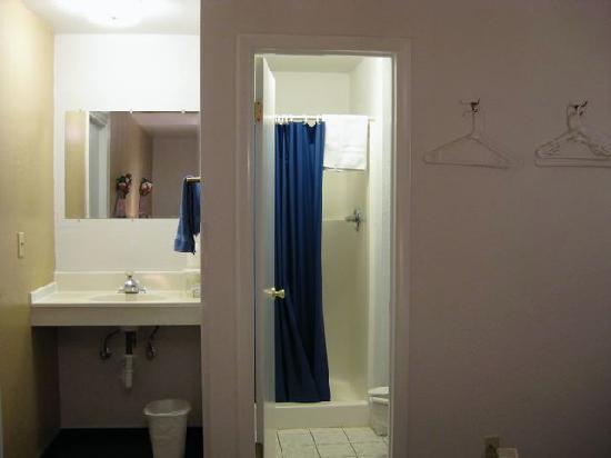 LuLu's Sleep Ezze Motel : Bath