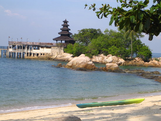 Nongsa, Indonesia: Beach with Island bar