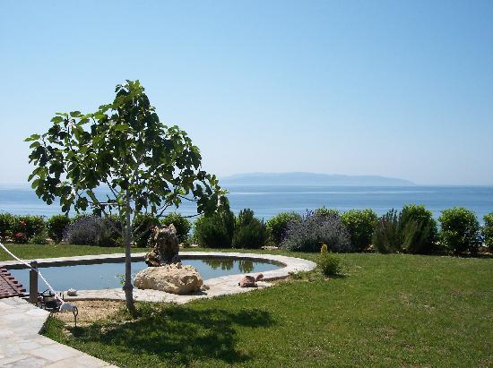 Trapezaki Bay Hotel: Tranquil Gardens