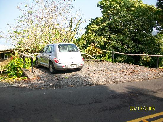 South Kona Hideaway: Parking for guests.