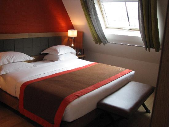 Hôtel Le Six : Nice Room--The Bed is the Highlight!