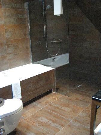 Hotel Le Six: Bathroom-Oh La La!