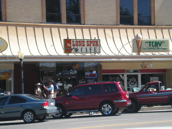 Lone Spur Cafe: Check out the cowboys out front.