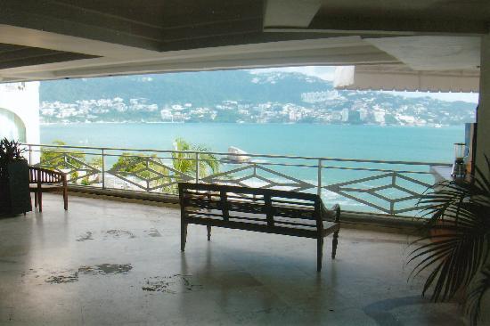 Las Torres Gemelas: view from lobby of the bay
