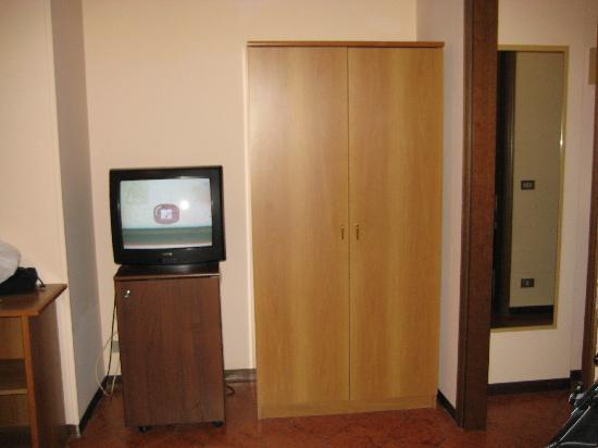 Best Western Hotel Liberta : TV and little corridor to the door
