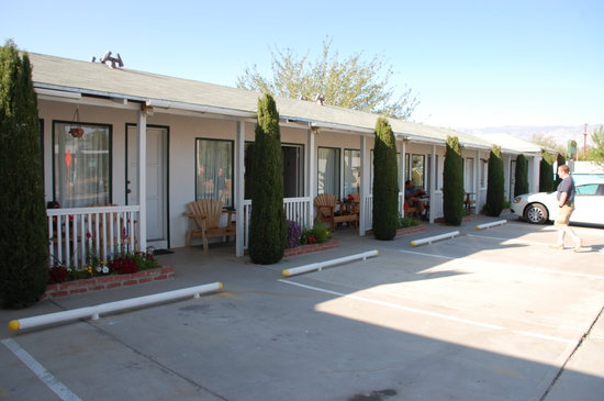 Front of Ray's Den Motel