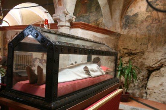 Eremo di S. Caterina del Sasso: restes d'un ermite, je ne me rappelle plus son nom.