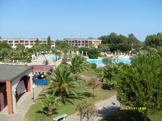 Villaggio Turistico Akiris: il parco con la piscina