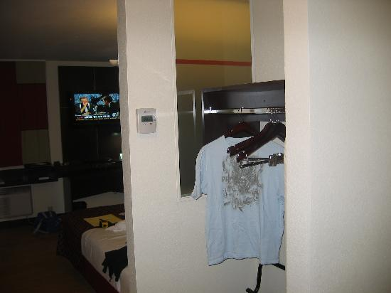 Red Roof Inn Locust Grove: Beautiful rooms with hard wood floors and flat screen televisions on the wall!!