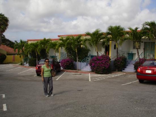 Alablanca Apartments, Residents Inn: Alablanca parking & Apartments