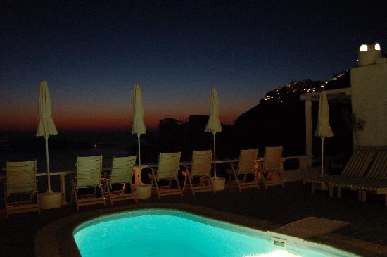Mill Houses Elegant Suites: La piscine de nuit