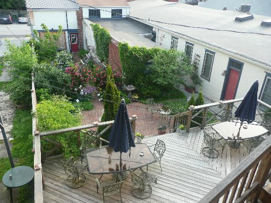 Brafferton Inn: Nice deck/patio area behind Inn