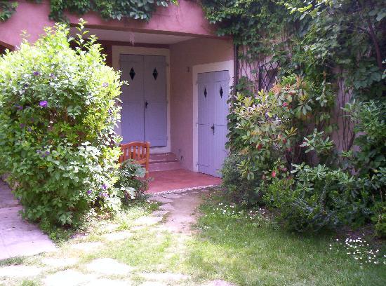 Les Jardins de Cassis: the doors to the room