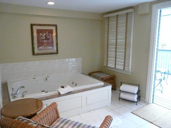 The Lambertville House Hotel: Tub room