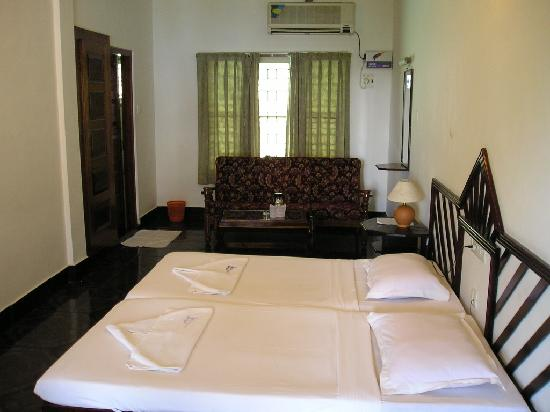 Raja Hotel: Typical bedroom
