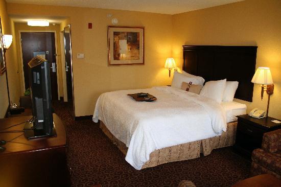Hampton Inn Bennington: The king bed.