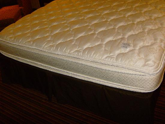 Holiday Inn Express Suites Belmont: Pillow-top mattress.