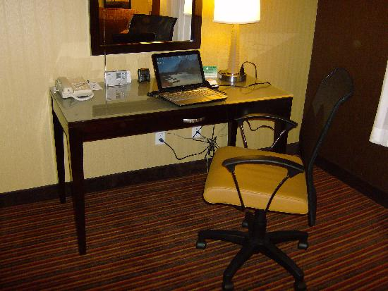 Holiday Inn Express Suites Belmont: Nice desk -- *both* wired and wireless Internet.