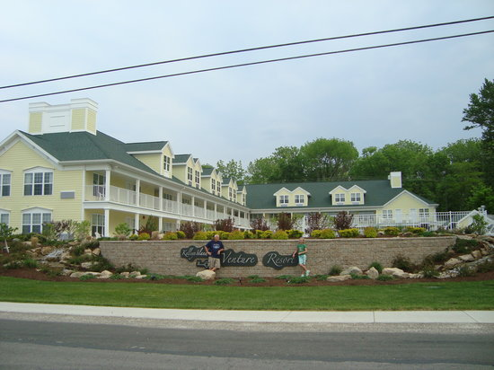 Kelleys Island Venture Resort: The front of the hotel
