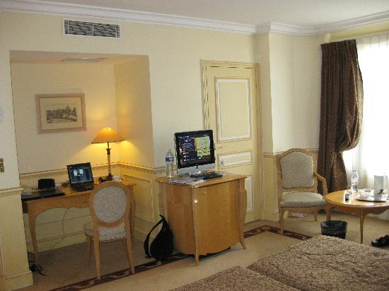 Hotel Lotti Paris: Nice to have a desk space