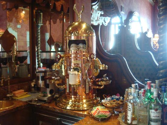 Al Ponte Antico Hotel: Matteos famed coffee machine