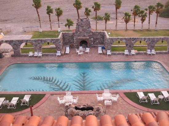 The Inn at Furnace Creek Dining Room : View of the pool on a windy afternoon