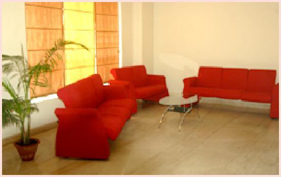 Hotel Nakshatra: Waiting area on each floor
