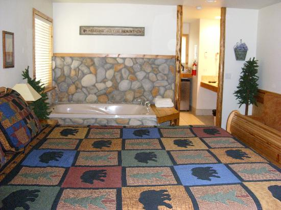 Lindberg Suites: Jacuzzi and bed in Suite 3