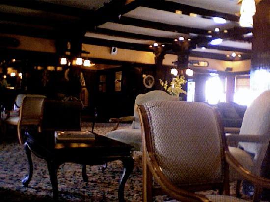 Glen Tavern Inn: Elegant lobby!