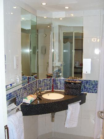 Holiday Inn Express Walsall: Lovely modern bathroom.