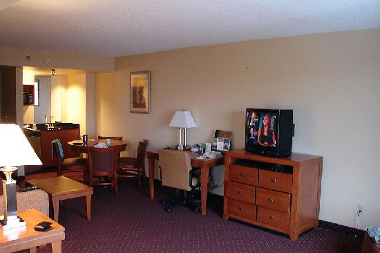 Wingate by Wyndham @ Universal Studios & Convention Center: The main area from the bedroom.