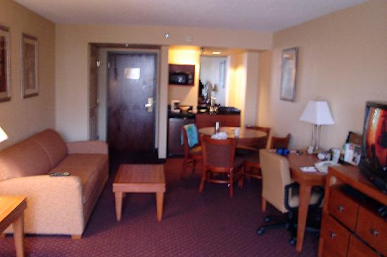 Wingate by Wyndham Convention Ctr Closest Universal Orlando: The large main living area.