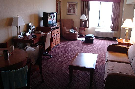 Wingate by Wyndham @ Universal Studios & Convention Center: The main living area as seen from the door.