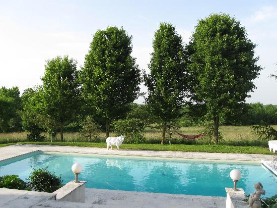 Bresdon, France: View of the Swimming Pool and Fields at the back of the Logis