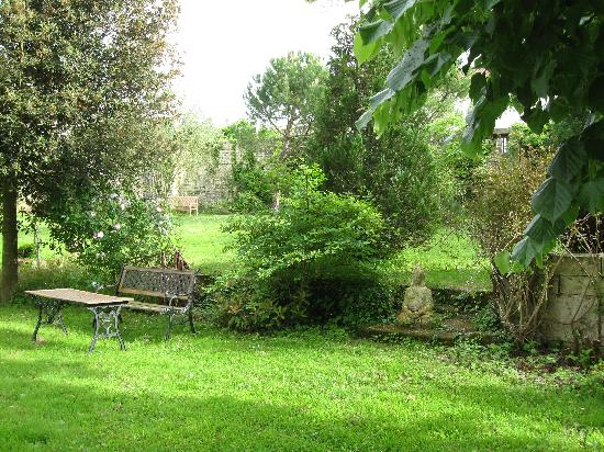 Bresdon, France: One of my favorite garden areas