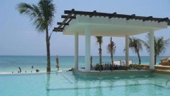 Banyan Tree Mayakoba: Sands Beach Club- swim up bar