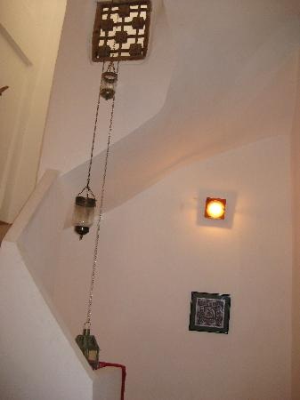 Dar 91 : Lamps and tiles in the stairway