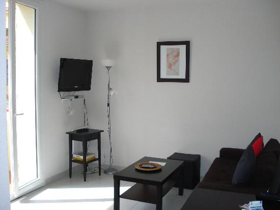 Kimi Residence: Living area with flat screen TV