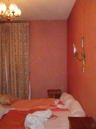 Hotel La Diligence : matelas avec alèse plastique d'hopital