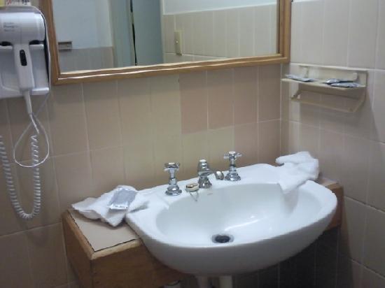 Aviators Lodge: Bathroom area