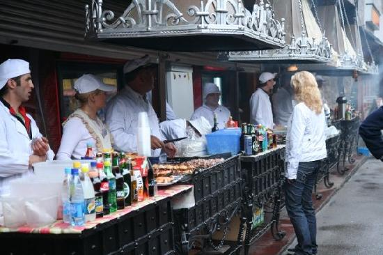 Izmailovsky Market : BBQ is ideal for a cold and rainy afternoon