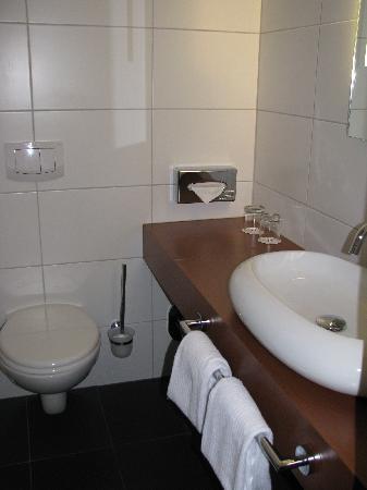 Mercure Hotel Oberhausen Centro: the bathroom