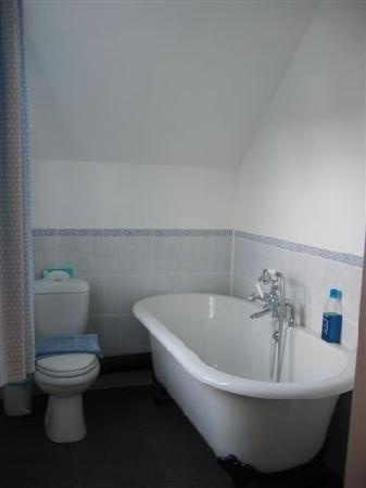 The Blacksmith's House: The nice en suite bathroom