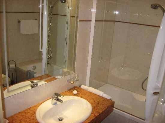 bagno con doccia jacuzzi - Foto di Hotel Cristallo, Solda - TripAdvisor