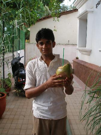 Casa Mia, Goa: Staff offering fresh coconut juice