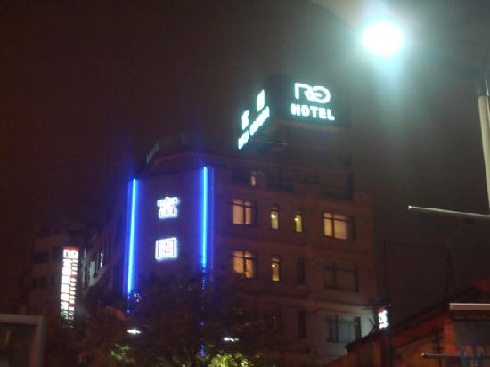 Rich Garden Hotel: External facade of the hotel at night