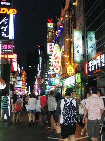 Seul, Güney Kore: Somewhere in downtown Seoul - the streets are always crowded