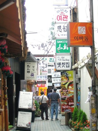 Seul, Güney Kore: An alleyway in Insadong