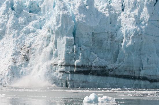 Glacier Bay Country Inn: Glacier calving