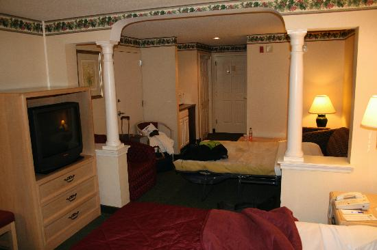 Comfort Inn & Suites: Beds and colonnades.
